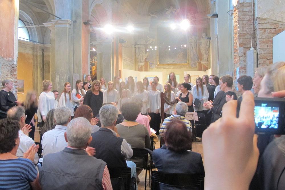 """Esibizione del Coro femminile """"Domus vox"""" dell'Islanda a Piacenza con l'accompagnamento dell'arpista ungherese CIFERIELLO DOMENICA"""
